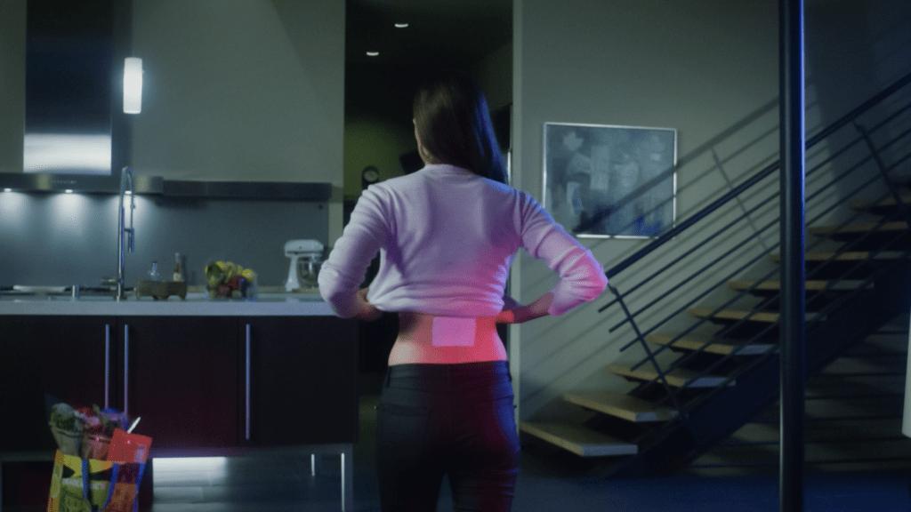 תיקון כאב לומינאס עובד על גב אישה